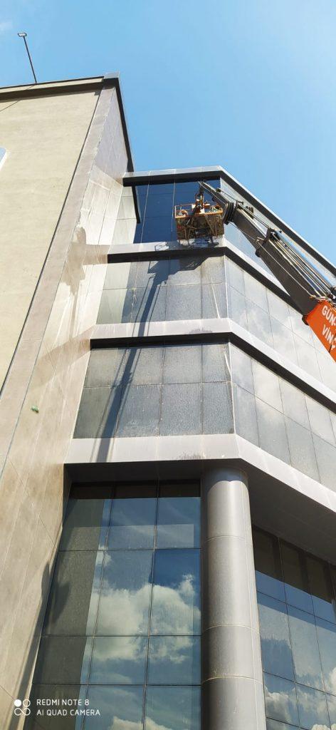 dis cephede cam temizligi 472x1024 - Dış Cephe Cam Temizliğinde Kullanılan Malzemelerin Kalitesi